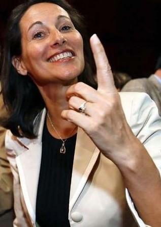 Portrait de Ségolène Royal au doigt levé indiquant le ciel